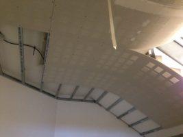Pose de faux plafond acoustique et sanitaires dans une école